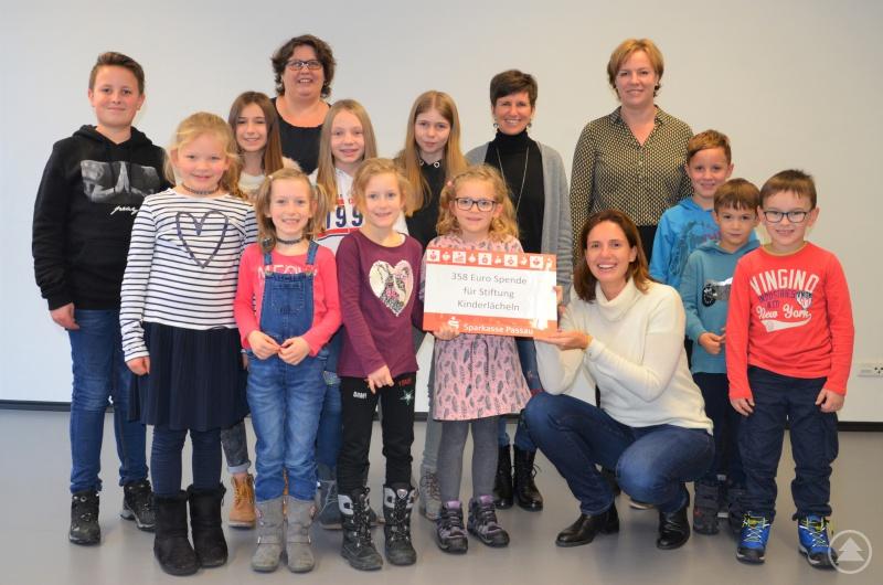 Die kleinen Mitglieder der Wühlmausbande vom Gartenbauverein in Kellberg übergeben ihre Spende in Höhe von 358 Euro an die Stiftung Kinderlächeln.