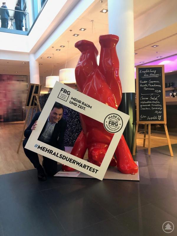 Landrat Sebastian Gruber mit dem Berliner Bären