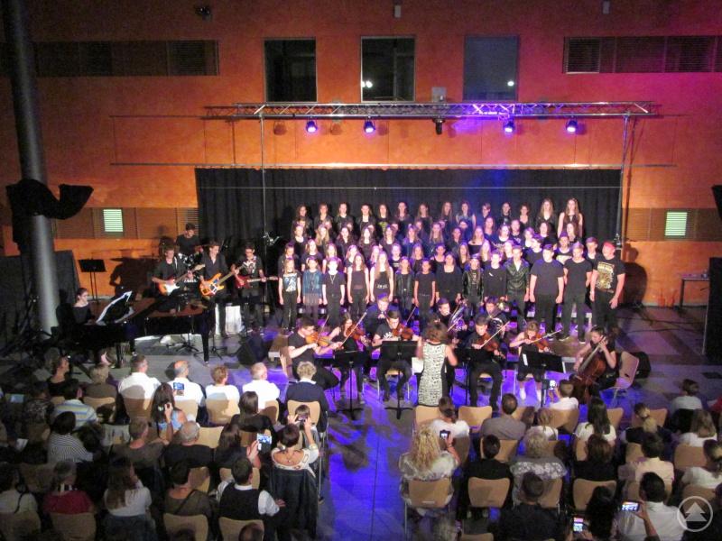 Beim großen Finale waren mehr als 80 aktive Musikerinnen und Musiker unter der Leitung von Sonja Reischl auf der Bühne.