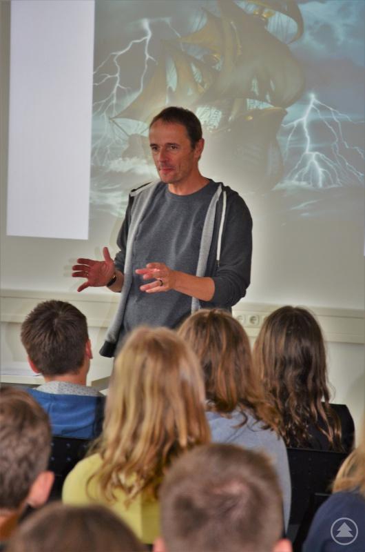 Jugendbuchautor Stefan Gemmel begeistert seine jungen Leser.