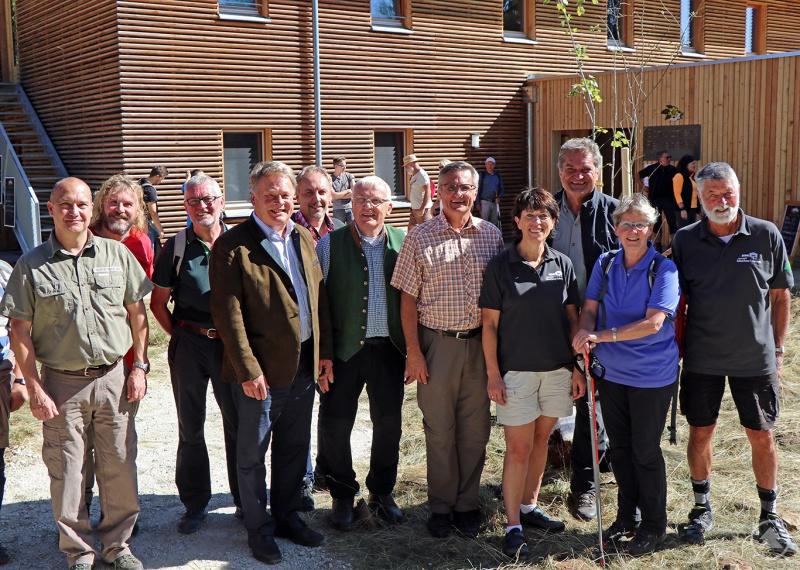 Vertreter des Nationalparks und des Wald-Vereins freuten sich zusammen mit den Ehrengästen über das gelungene Fest und die vielen Teilnehmer bei der Sternwanderung.