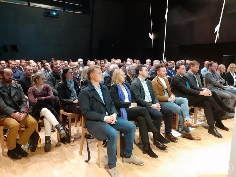 """Bis auf den letzten Platz gefüllt war der Saal """"Schwarzer Bua"""" in der Volksmusikakademie."""