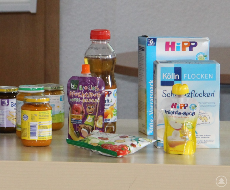 """""""Fertigbreie sind nicht grundsätzlich schlecht"""", lautete das Fazit von Apotheker Matthias Hoffmeister bei seinem Vortrag zum Thema Babybrei und Babykost. Man müsse nur immer auf die Liste der Inhaltsstoffe achten. Als Anschauungsmaterial hatte er eine ganze Reihe von solchen Fertigprodukten mitgebracht hatte. Diesen und viele weitere Tipps zur richtigen Ernährung von Babys und Kleinkindern gab es in der Baby- und Kleinkindersprechstunde des Familienbüros KoKi in Grafenau."""