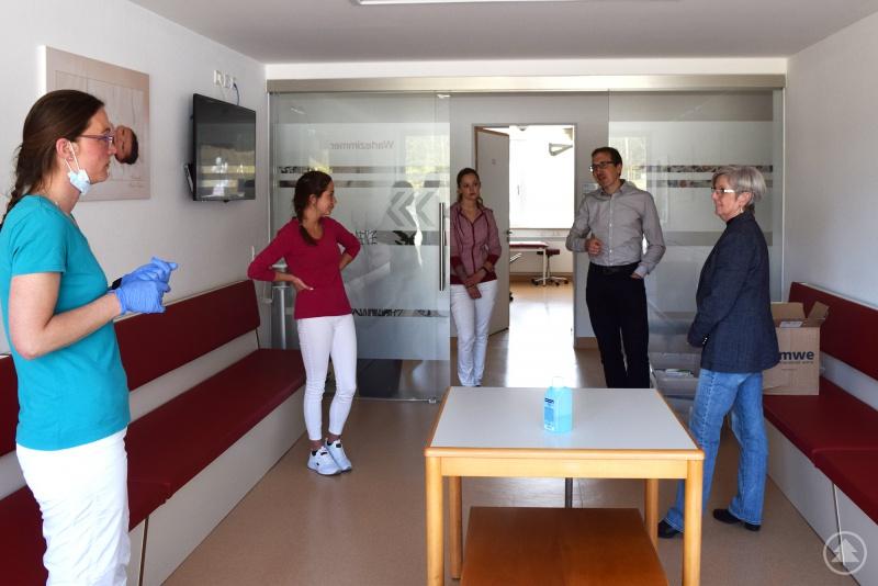 v.l. MVZ-Mitarbeiterinnen Sandra Glanzer, Christina Kraus, Susanne Strohmeier, Vorstand der Arberlandkliniken Christian Schmitz, Landrätin Rita Röhrl