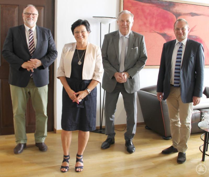 Oberbürgermeister Jürgen Dupper (von links) begrüßt Susanne Swoboda in ihrer neuen Funktion im Beisein von Werner Grabl, Fachlicher Leiter der Staatlichen Schulämter in der Stadt und im Landkreis Passau, und Dr. Bernhard Forster, Referent für Kultur, Schulen und Sport.