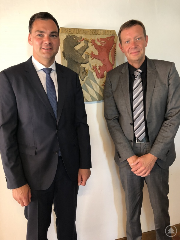 Landrat Sebastian Gruber nach der Vertragsunterzeichnung mit Herrn Marcus Plaschke, dem künftigen Geschäftsführer der Kliniken Am Goldenen Steig.