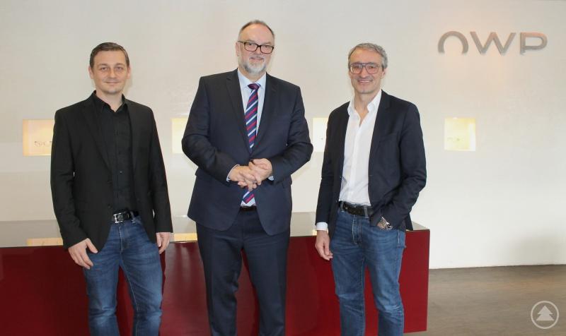 Klaus Lippert - Geschäftsführer op Couture Brillen GmbH (links) und Werner Paletschek - Geschäftsführer OWP Brillen GmbH (rechts) empfingen Oberbürgermeister Jürgen Dupper in den Räumlichkeiten des OWP-Kompetenzzentrums.