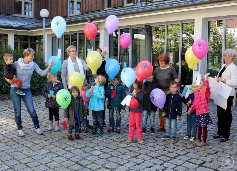 Die Kinder ließen vor dem Landratsamt Luftballons steigen mit v. l. Stephanie Kölbl, Daniela Seltsam-Schricker, Ursula Holzfurtner, Monika Winkler und Landrätin Rita Röhrl.