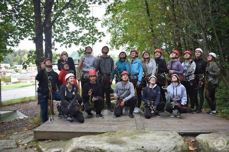 Die Gruppe beim Erlebnis- und Selbsterfahrungstag im Kletterwald wartet gespannt darauf, was auf sie zukommt, 2. Reihe li. Kreisjugendseelsorger Johannes Geier und Pfarrer Matthias Grillhösl.