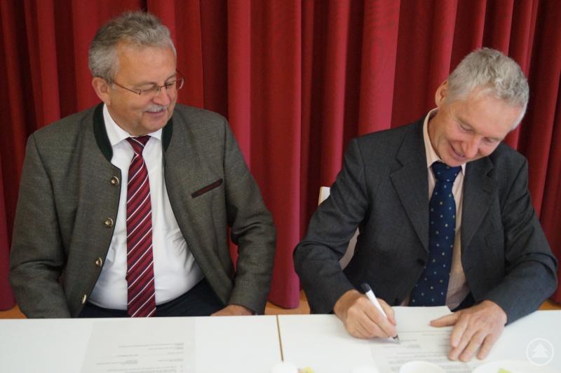 Landrat Josef Laumer (links) und Karl-Heinz Weiss (Geschäftsführer Dechant-Wiser-Stiftung) bei der Vertragsunterzeichnung.