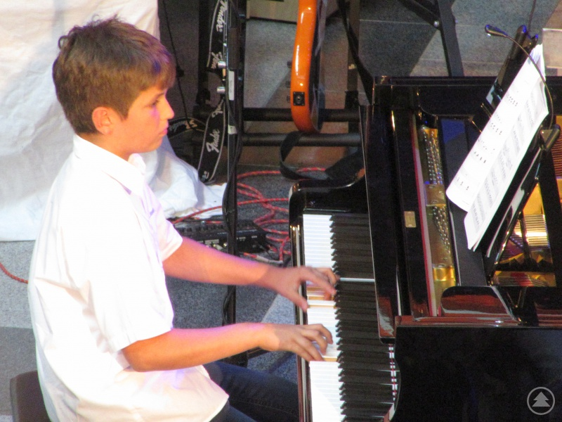 Volle Konzentration galt für Bastian Springer, der sich das erste Mal auf die Sommerkonzertbühne traute.