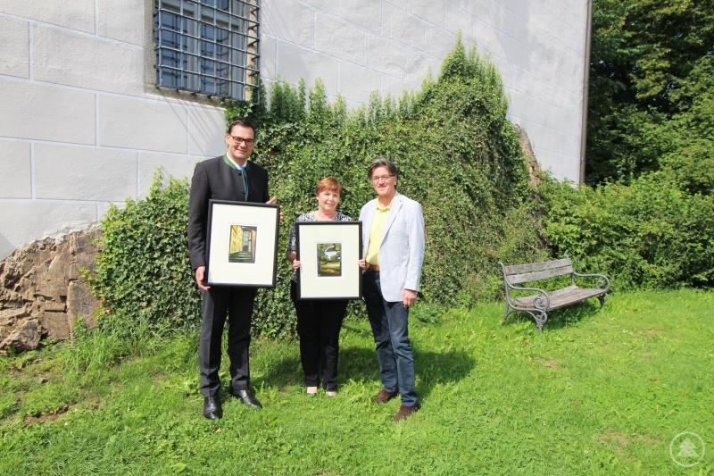 Bildübergabe vor dem Schloss Wolfstein: (v. li.) Landrat Sebastian Gruber, Museumsleiterin Marina Reitmaier-Ranzinger, Herbert Muckenschnabl