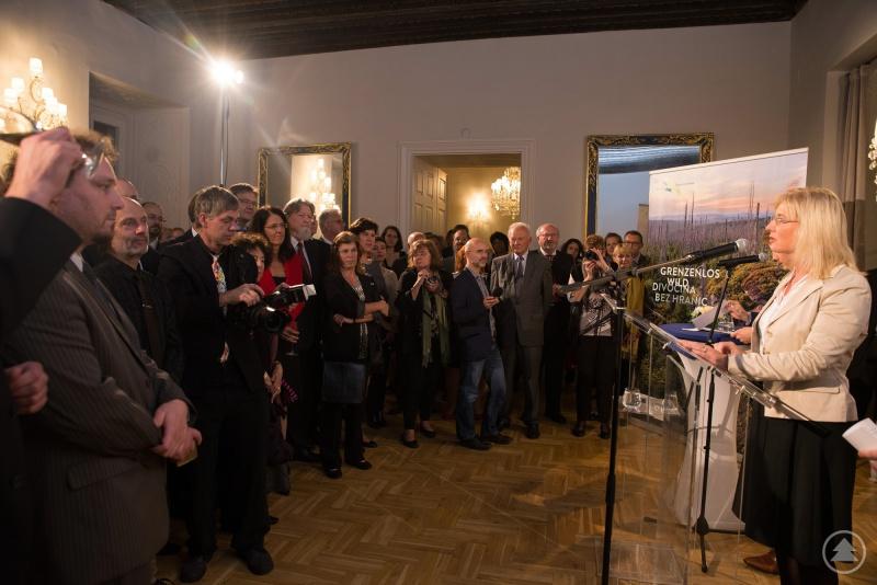 Eröffnet wurde die Ausstellung auf einer Vernissage in der Repräsentanz des Freistaats Bayern von Umweltministerin Ulrike Scharf.