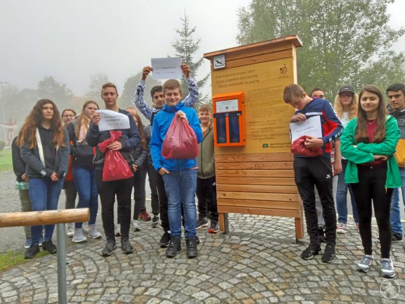 Die Achtklässler der Paul-Friedl-Mittelschule Riedlhütte sind extra zum Parkplatz P&R Spiegelau gewandert, um die neue Frage am Kippen-Kasten anzubringen.