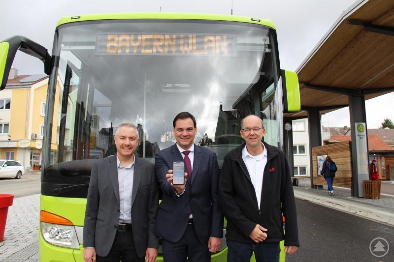 Stolz präsentieren (von links) Christian Penzenstadler von der Firma Sieghart Reisen, Landrat Sebastian Gruber und Reinhard Wolf, Gruppenleiter ÖPNV im Landratsamt, einen der 28 Busse. In den Bussen kann man kostenlos das BayernWLAN nutzen.