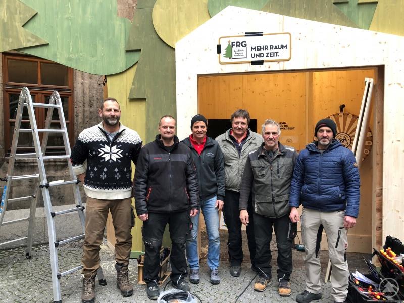 Sie haben den Stand aufgestellt, mit dem sich der Landkreis auf dem Christkindlmarkt in München präsentiert (von links): Michael Anderle, Fritz Petzi, Hubert Blöchl, Christian Zillner, Max Seibold und Christian Höllmüller.