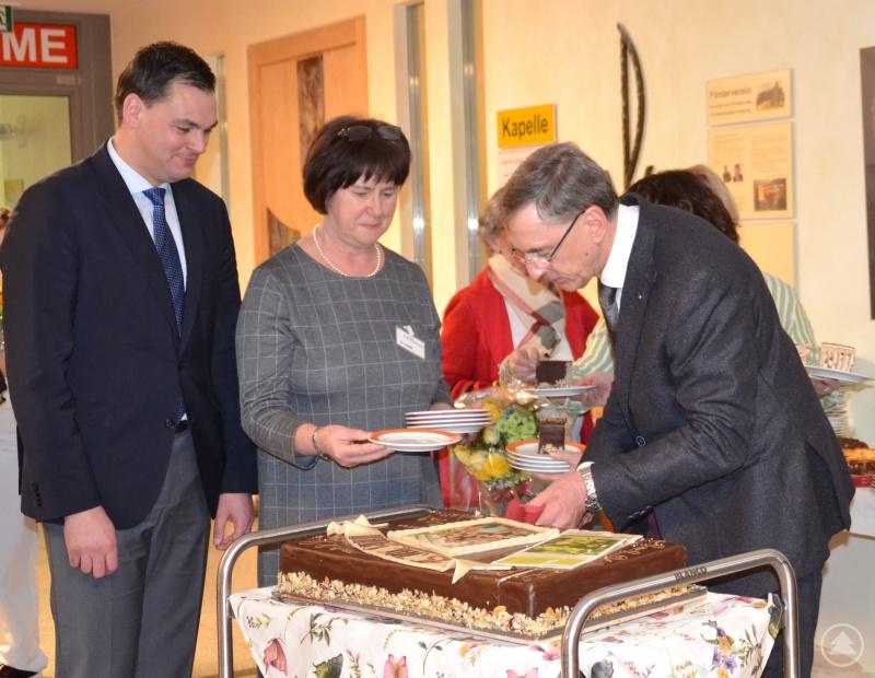 Der Ärztliche Direktor Dr. Franz Schreiner schneidet im Beisein von Landrat Sebastian Gruber den Jubiläumskuchen an.