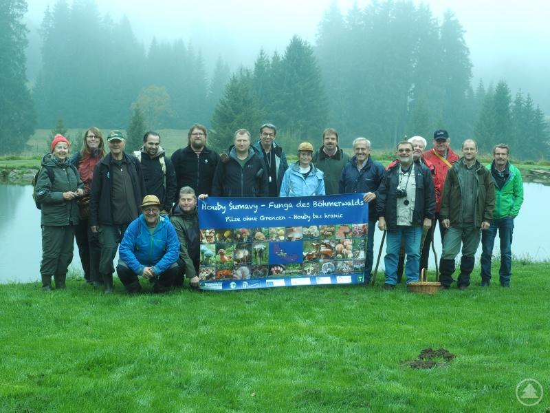 """Über 4200 Pilzarten konnte das Team des Interreg-Projekts """"Pilze im Böhmerwald"""" – hier auf einem Gruppenfoto vor Ausbruch der Corona-Pandemie – in vier Jahren in einer Datenbank erfassen."""