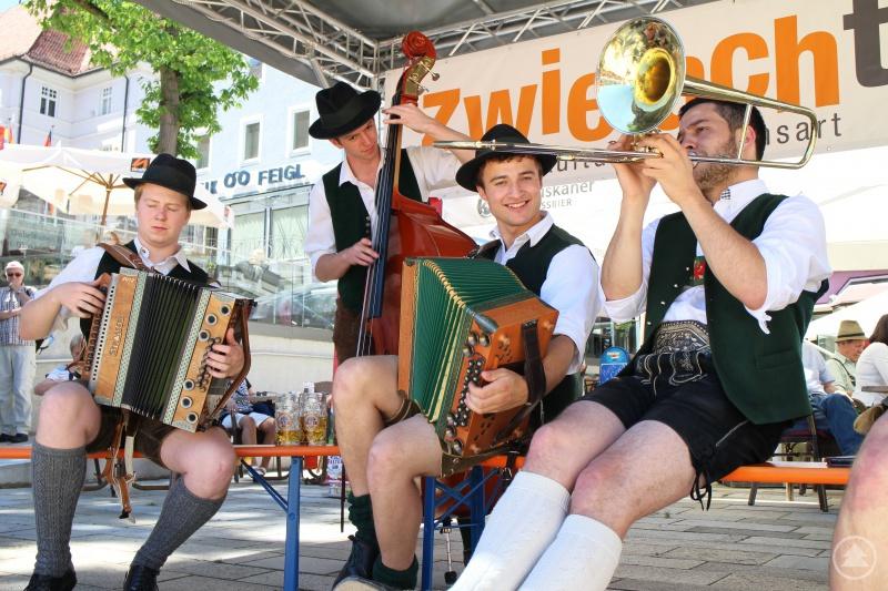 Aufknopft-Ziachmusi: Auch aus Österreich sind Musikanten in Regen zu Gast.