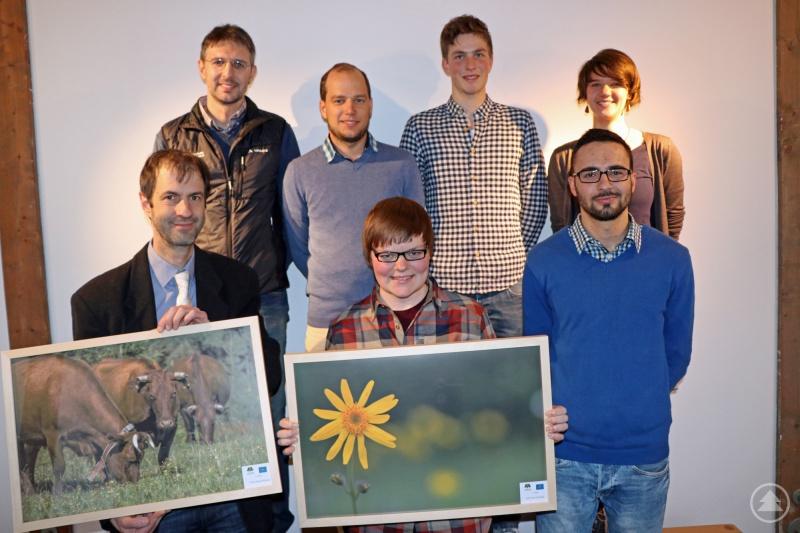 Die beiden Siegerbilder präsentieren Gewinnerin Julia Piser und Nationalpark-Forschungsleiter Jörg Müller mit Jochen Linner (Nationalpark, oben von links), Johannes Matt (3. Platz), Johannes Schmid (Teilnehmer), Claudia Schmidt (Nationalpark) und Josef Kopp (2. Platz, vorn rechts).