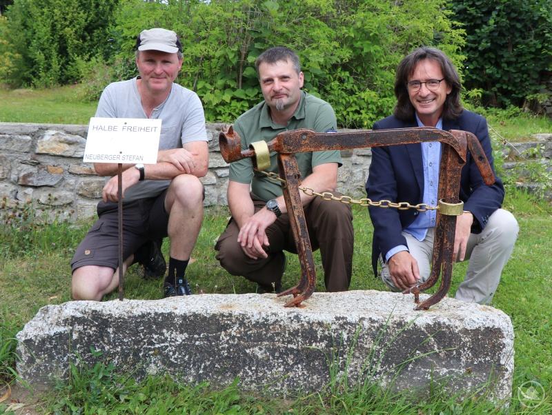 Bei der Einweihung der Luchs-Skulptur: Reinhold Gaisbauer (von links), Stefan Neuberger und Frank Henzler.