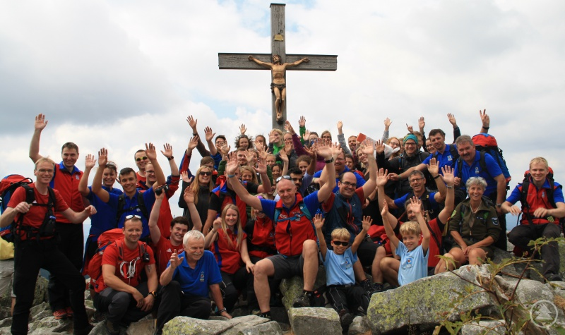Abschließendes Gruppenfoto unterm Gipfelkreuz.
