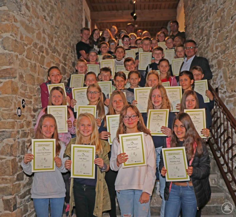 Stolz präsentierten die neuen Junior Ranger ihre Zertifikate.