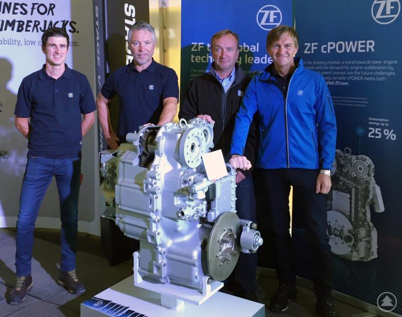 Weltpremiere: Die ZF-Experten (v.l.) Simon Geiger, Hermann Koch, Janne Vesterinen und Fritz Riedl präsentierten erstmals ein Stufenlosgetriebe für Forwarder auf der Forstmesse FinnMetko.