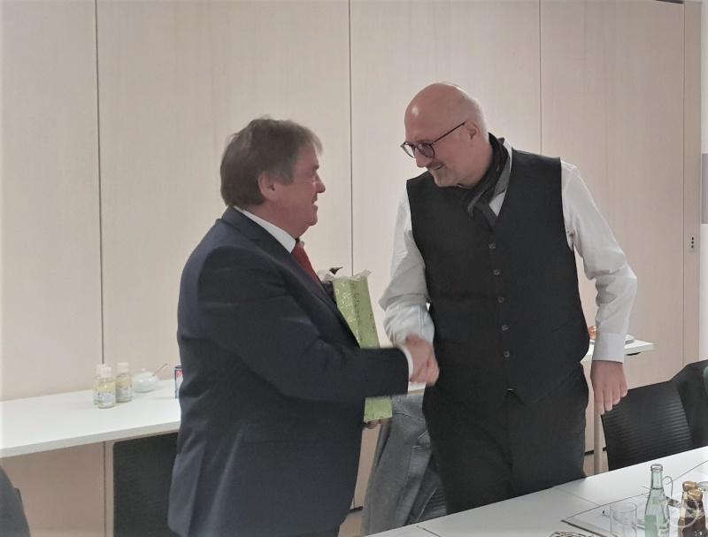 Geschenkübergabe: Hermann Baumann, 2. Vorsitzender der ILE Ilzer Land und Bürgermeister von Hutthurm (l.) gratulierte Manfred Eibl MdL und langjähriger 1. Vorsitzender der ILE zur Wahl in den Landtag und drückte die Hoffnung aus, dass Eibl weiter Vorsitzender bleiben könne.