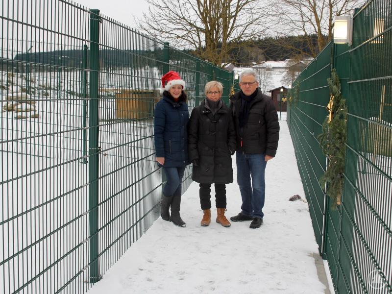 Die Tierschützer Gaby Wunner und Rudolf Radlbeck zeigten der neuen Landrätin Rita Röhrl (Mitte) die neuen Auslaufmöglichkeiten für Hunde.