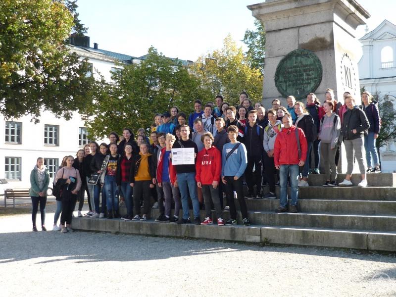 Freyunger und Prachaticer Gymnasiasten vor dem Passauer Dom
