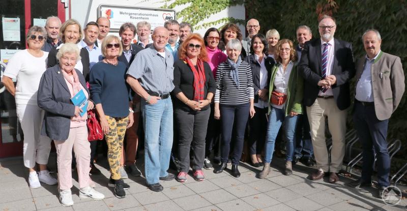 Die Informationsfahrt führte die Passauer Delegation um Oberbürgermeister Jürgen Dupper (2. von rechts) auch in das Mehrgenerationenhaus Rosenheim. Für die dortigen Ausführungen dankte das Stadtoberhaupt dem Vorsitzenden des AWO-Kreisverbands Rosenheim und 1. Bürgermeister der Stadt Kolbermoor, Peter Kloo (rechts), dem Kreisgeschäftsführer Anton Reiserer (6. von links), dem Bereichsleiter Klaus Schindler (5. von links) und der Projektleiterin Katharina Gaiduk (4. von links).