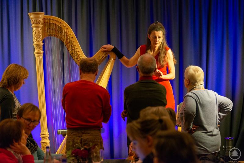 Silke Aichhorn bei einer kleinen Harfenkunde während der Pause.