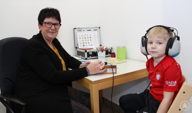 Ganz konzentriert hat der kleine Max seinen Hörtest im Rahmen der Schuleingangsuntersuchung am Gesundheitsamt in Waldkirchen absolviert. Seit fast 40 Jahren führt Gabriele Hirsch Schuleingangsuntersuchungen durch. Heuer zum ersten Mal zentral am Gesundheitsamt.