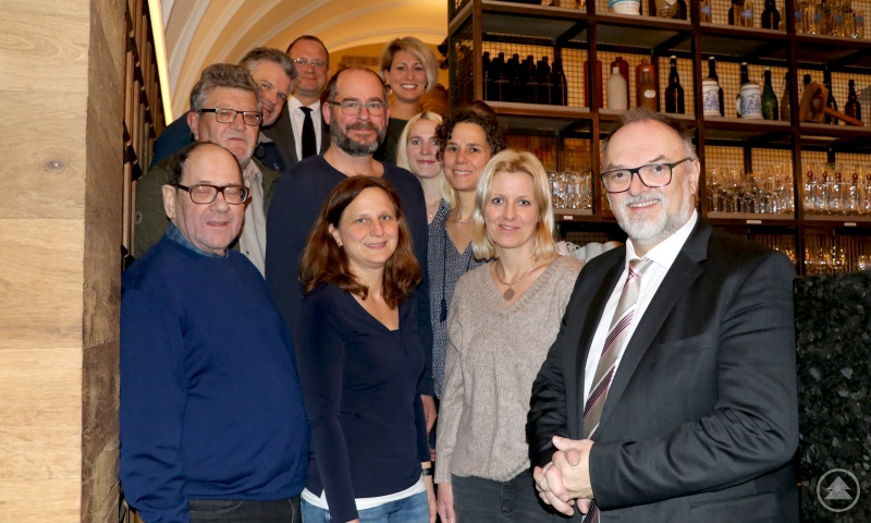 Oberbürgermeister Jürgen Dupper (vorne rechts) gemeinsam mit den Schulweghelferinnen und Schulweghelfer sowie Vertretern der Verkehrswacht Stadt und Landkreis Passau e.V. und der Stadtverwaltung.