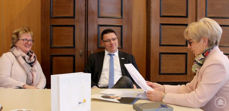 Im Gespräch tauschten sich (v.li) Herta Ullmann, Christian Pröbster und Landrätin Rita Röhrl aus.