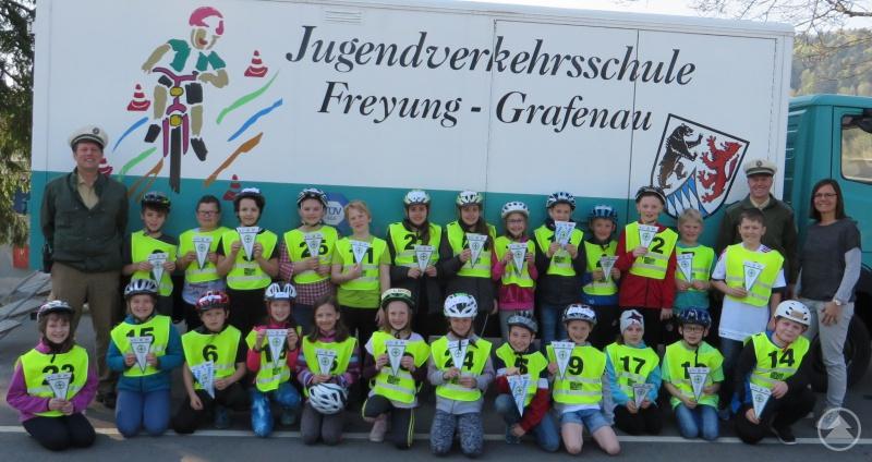 Die Klasse 4B der Grundschule Grainet mit PHK Königseder, PHK Knab und der Klassenlehrerin Elvira Hannig.