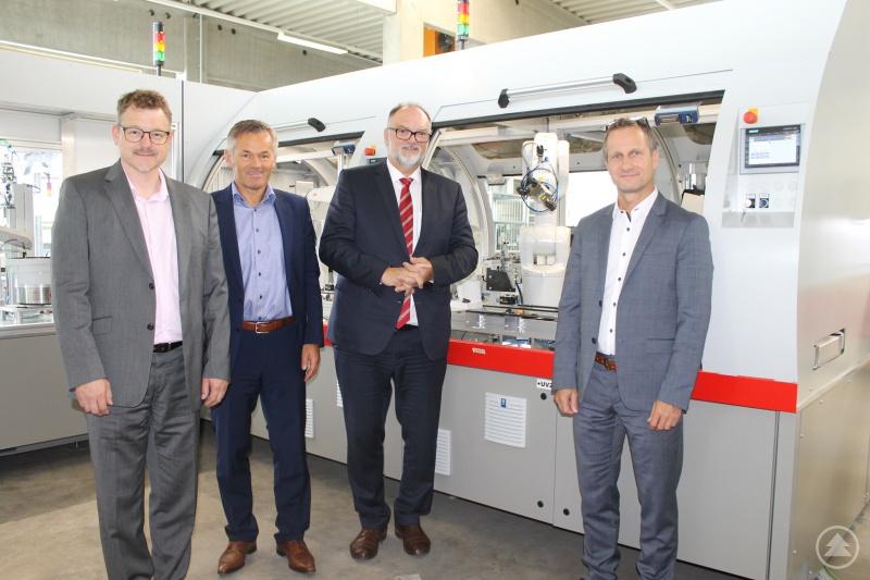 Die geschäftsführenden Gesellschafter Boris Schneidhuber (r. außen) und Bernhard König (l. außen) führten Oberbürgermeister Jürgen Dupper (3.v.l.) und Wirtschaftsreferent Werner Lang (2.v.l.) durch die Produktionshallen der AKE-technologies GmbH