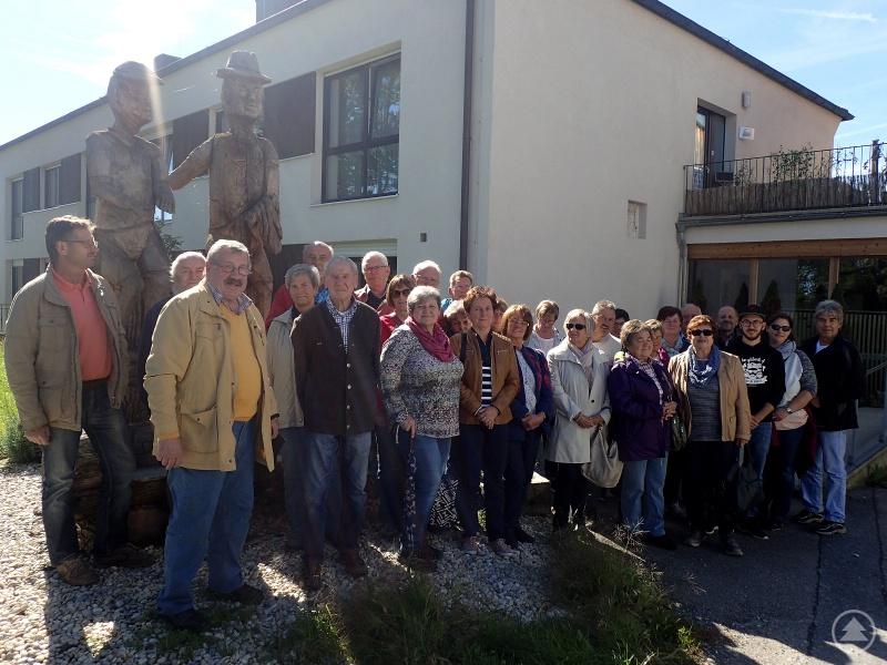 Die Besuchergruppe vor dem Langlebenhof.