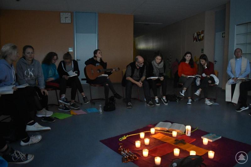Der Erlebnis- und Selbsterfahrungstag endete mit einer kleinen Andacht, die von Pfarrer Matthias Grillhösl (li.) geleitet wurde.