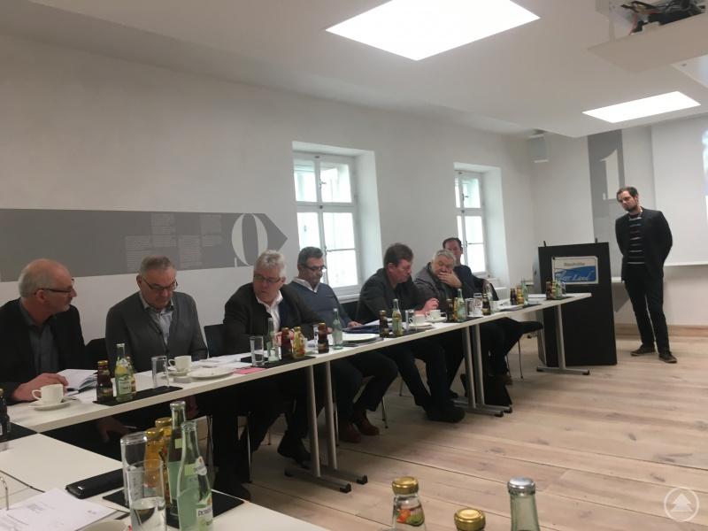 """Vortrag Killinger: Markus Killinger von Nigl&Mader berichtete der Vorstandsrunde über die Ergebnisse im Feld """"Klärschlamm""""."""