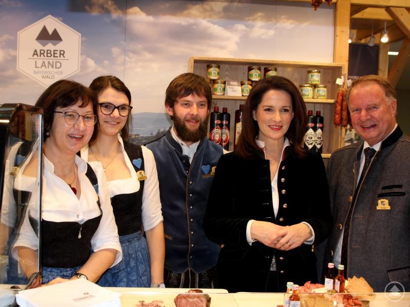 Die bayerische Landwirtschaftsministerin Michaela Kaniber (2.v.re.) besuchte den Arberlandstand. Dort wurde sie vom stellvertretenden Landrat Willi Killinger (re.) und Marlene Kandler, Kathrin Baumann und Johann Wenzl begrüßt.