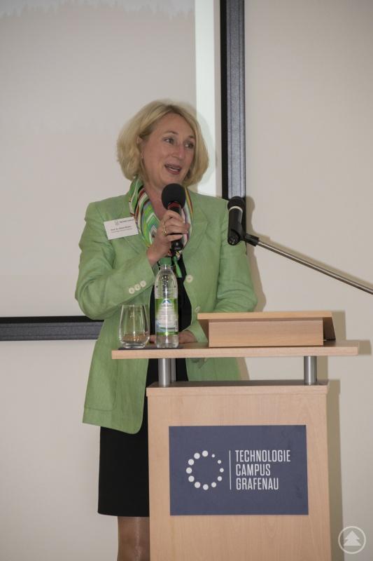 Campusleiterin Diane Ahrens begrüßt die rund 70 Teilnehmer der Konferenz.