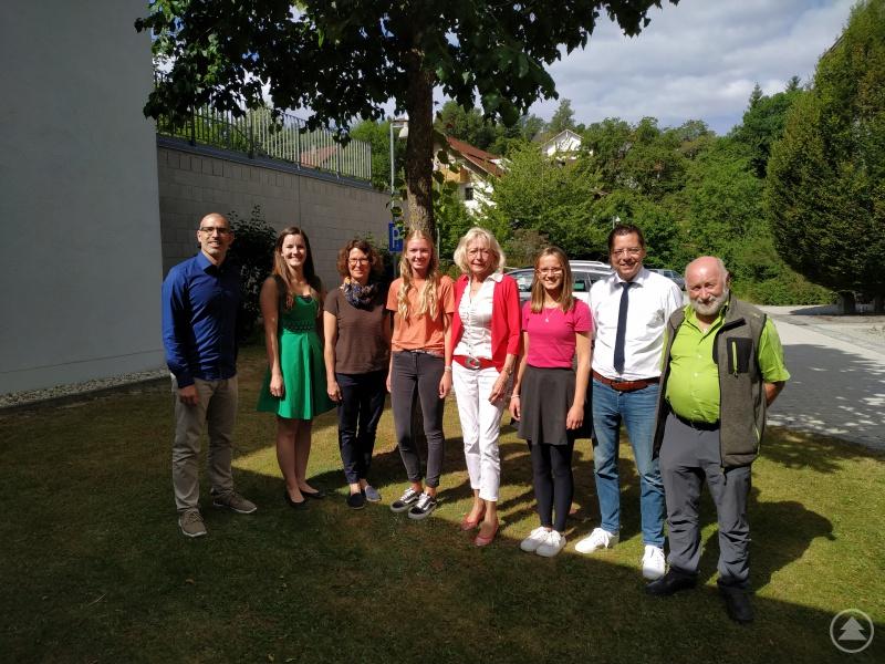 Von links: Keywan Pour-Sartip, Klimaschutzmanagerin Verena Holzbauer, OStRin Dr. Nadiane Kreipl, Linda Baier, OStDin Josefa Stamm, Dorothea Aschenbrenner, Bürgermeister Heinz Pollak und Erwin Pauli