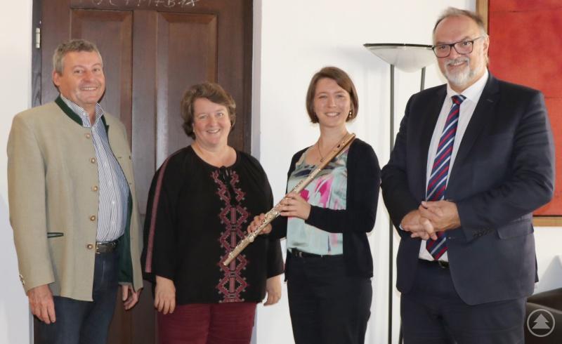 Oberbürgermeister Jürgen Dupper (von rechts) freut sich mit Lehrerin Elisabeth Thoma, Musikschulleiterin Barbara Blumenstingl und Kulturamtsleiter Horst Matschiner über das neue Angebot.