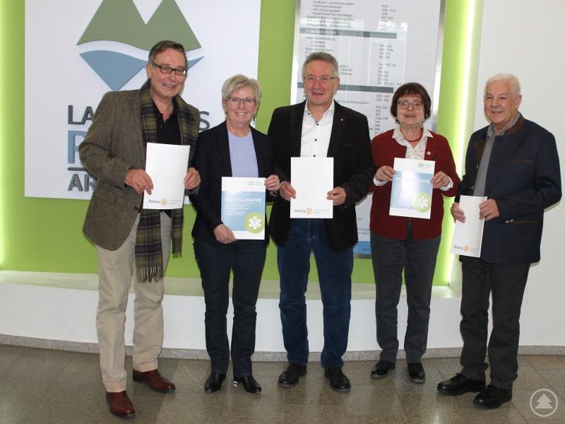 Landrätin Rita Röhrl (2.v.li.) mit der Seniorenbeauftragten Christine Kreuzer (4.v.li.) und den Rotariern (v.li.) Carlo Schmidt (Vorsitzender Hilfswerk), Präsident Lothar Maier und Georg Kuhndörfer.