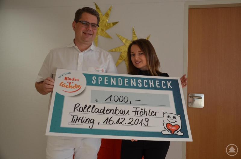 Sonja Fröhler von Rollladenbau Fröhler in Tittling übergibt eine 1.000 Euro-Spende an Chefarzt Prof. Dr. Matthias Keller zu Gunsten der Stiftung Kinderlächeln.