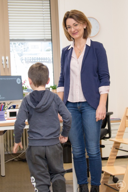 Auch, ob die Kinder gerade auf einer Linie gehen können, überprüfen die sozialmedizinischen Assistentinnen, im Bild Stefanie Wölfl, im Rahmen der Schuleingangsuntersuchung.