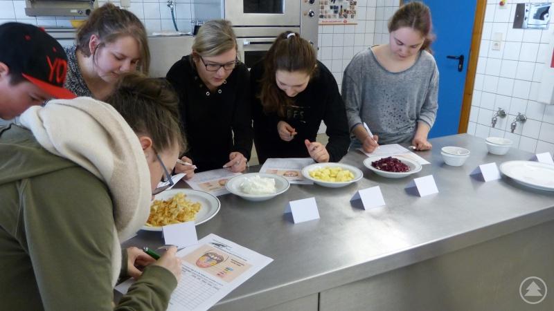 Die Schüler erprobten sich bei der Auswertung der Gerüche und Geschmacksrichtungen.