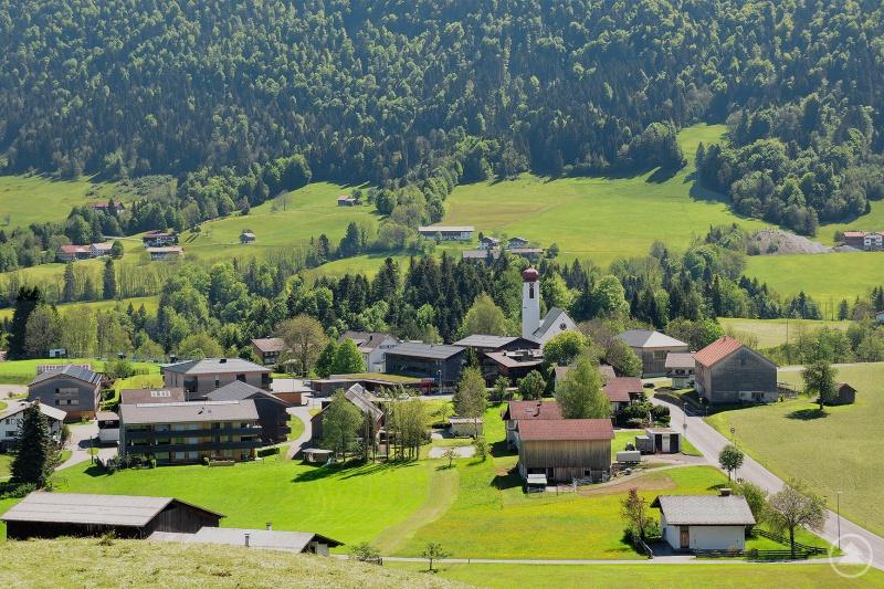 Krumbach im Vorderen Bregenzerwald (A): Die Gemeinde Krumbach gilt als gelungenes Beispiel einer Innenentwicklung im ländlichen Raum. Unter anderem wurden drei Wohngebäude mit Kleinwohnungen und ein Gebäude mit Generationenwohnen im Ortskern in unmittelbarer Nähe zum